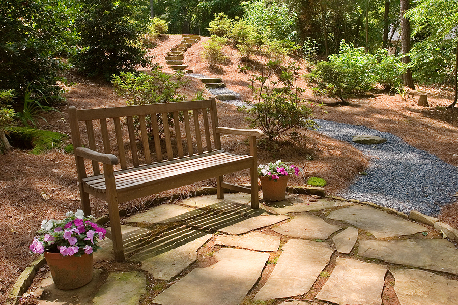 Eine schöne Gartenbank aus Holz gehört in jeden Garten