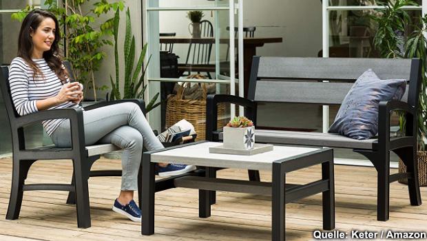 Eine moderne Gartenbank aus Kunststoff mit Tisch und Gartenstuhl. Diese und weitere Garten-Möbel finden Sie auf dieser Seite.